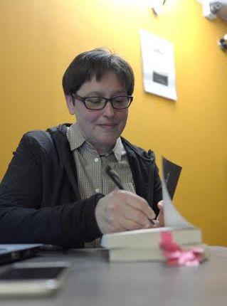 """Olecczanie lubią o Olecku czytać i lubią dyskutować. Znakomita atmosfera i tłumy na promocji książki """"Krótkie historie"""""""