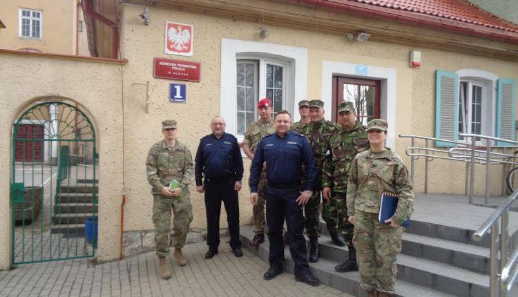 Przedstawiciele żandarmerii amerykańskiej, brytyjskiej oraz rumuńskiej z wizytą w oleckiej komendzie