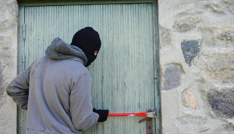 Akt oskarżenia w sprawie licznych kradzieży z włamaniem. Rekordzista usłyszał 22 zarzuty