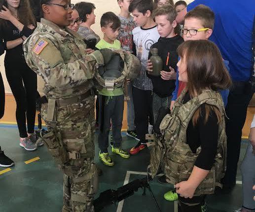 """Żołnierze NATO i oleccy policjanci w ramach akcji """"Kręci mnie bezpieczeństwo"""" odwiedzili szkoły"""