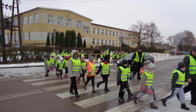 Oleccy policjanci rozdali kolejne kamizelki odblaskowe i spotkali się z uczniami ZSLiZ